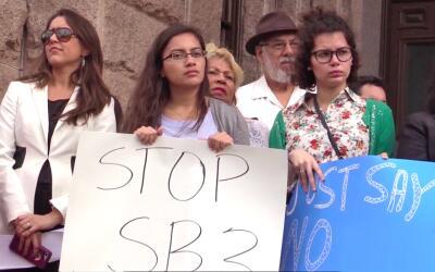Cientos de personas acudieron al Capitolio Estatal para testificar en co...