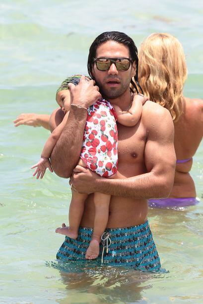 El delantero le hizo marca personal a su pequeña hija a quien la abrazó...
