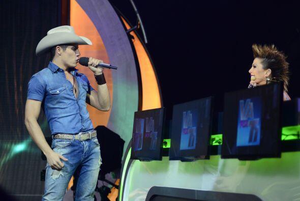Fernando cantó otra vez, y tenía que ir a dedicarle su número a Alejandra.