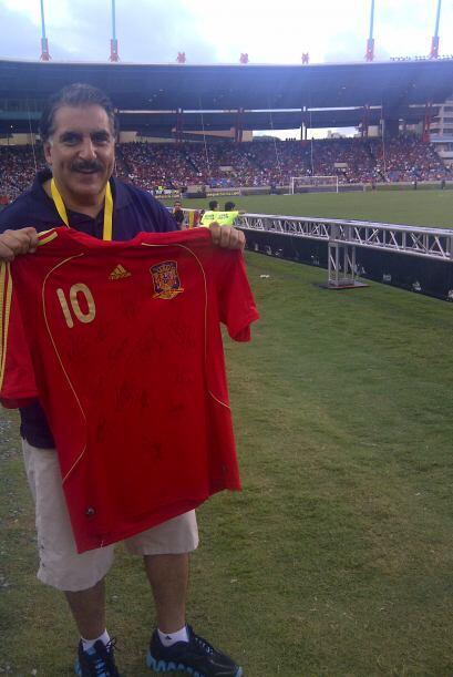 Y la camiseta de España firmada por los campeones del mundo es ahora una...