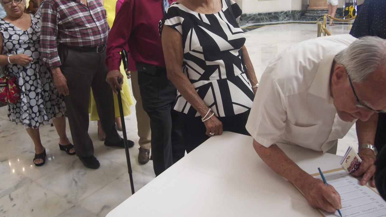 Llegaron al Capitolio a firmar petición para prevenir prevenir recortes.