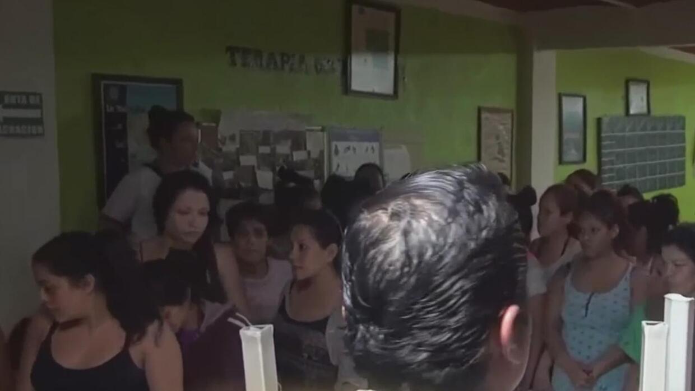 """Rescatan en México a cientos de personas hacinadas en condiciones """"infra..."""