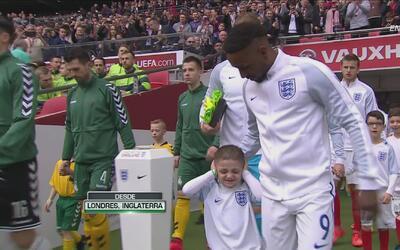 La triste historia del pequeño que acompañó a Inglaterra en la cancha de...