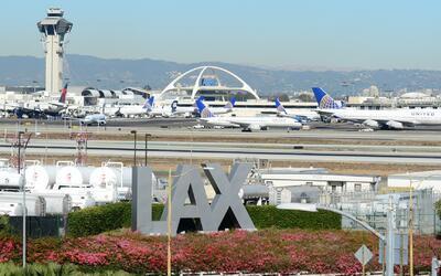 Aerolíneas en el Aeropuerto Internacional de Los Ángeles cambian de term...