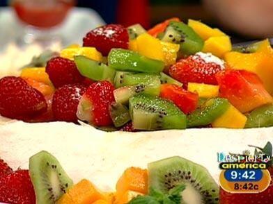 Pavlova de frutas exóticas: Del merengue: Bate las claras con el...