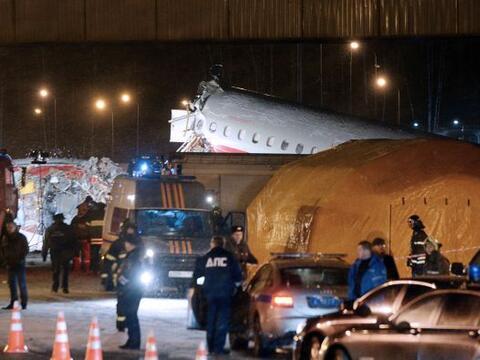 La cabina del avión cayó sobre la calzada de la autopista ante el asombr...