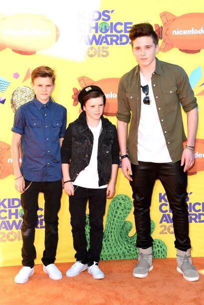 Los tres hermanos se vieron súper fashion en la alfombra naranja.