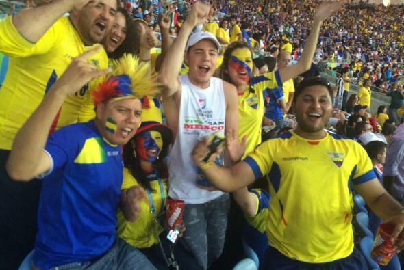 Los más animados eran los aficionados ecuatorianos que celebraban cada j...
