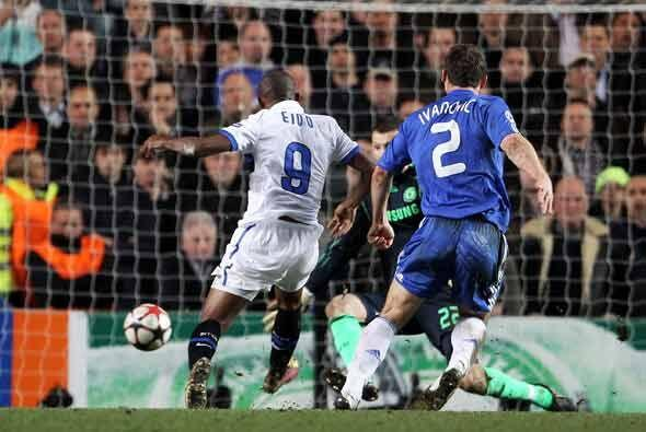 Cuando se jugaban los últimos minutos, el camerunés Samuel Eto'o silenci...