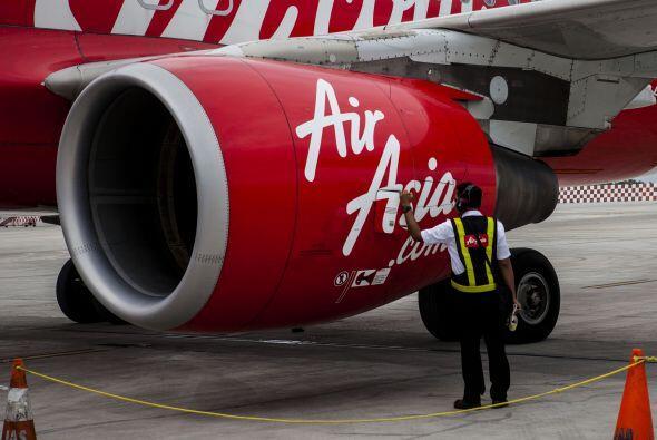 En medio de la crisis, un técnico de AirAsia comprueba el estado de una...