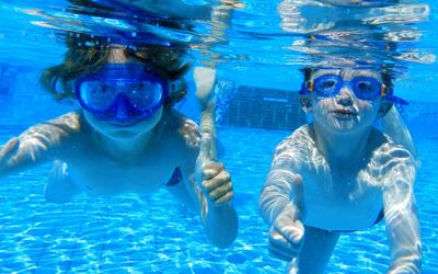 Las precauciones para evitar que los niños se ahoguen en el agua este ve...