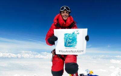 Un mexicano escala el Everest por sexta para luchar contra la depresión