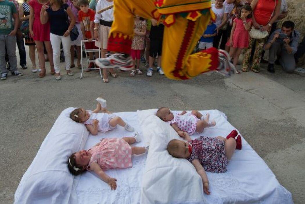 Los bebés permanecen tumbados en colchonetas en la calle y engalanados c...
