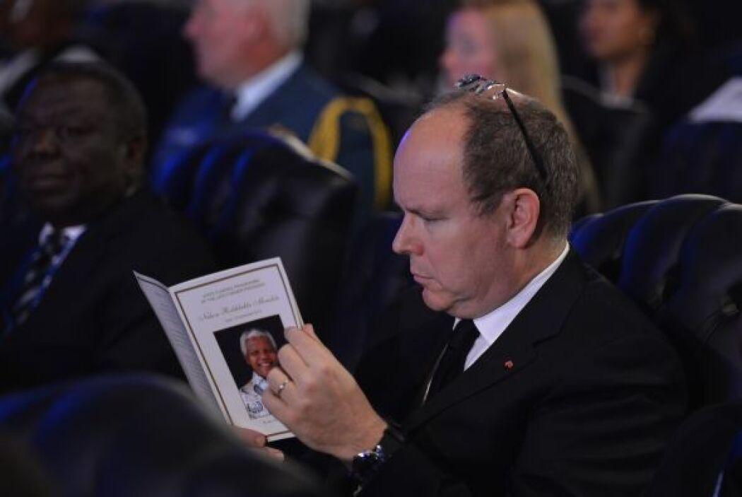 El príncipe Alberto de Mónaco, lee el programa de actividades durante el...