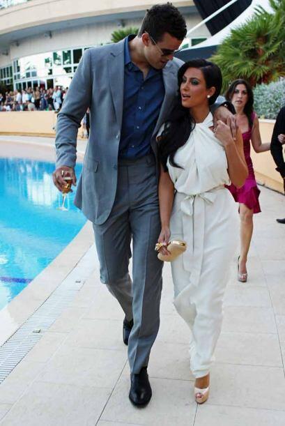Kim Kardashian y su prometido Kris Humphries en el Amber Fashion Show co...
