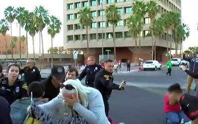 Polícia rocía gas pimienta entre los asistentes a la prote...