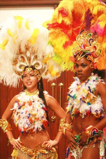 Las bailarinas no dejaron de presumir su espectacular vestuario.