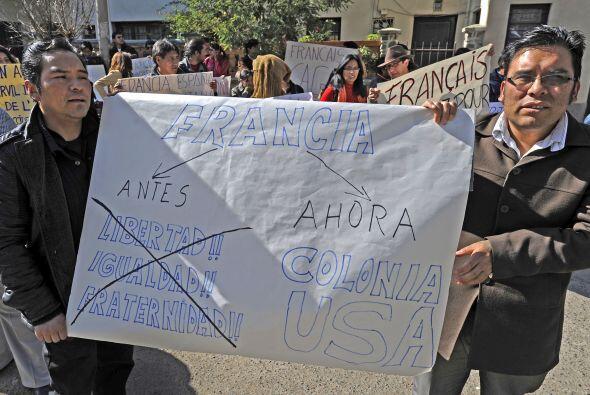 El grupo de manifestantes retiró las banderas de las puertas de la embaj...