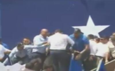 En video, el momento en que el presidente de Honduras desaparece al derr...