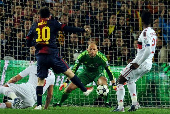 Cerca del final de la primera parte Messi volció a probar al borde del á...