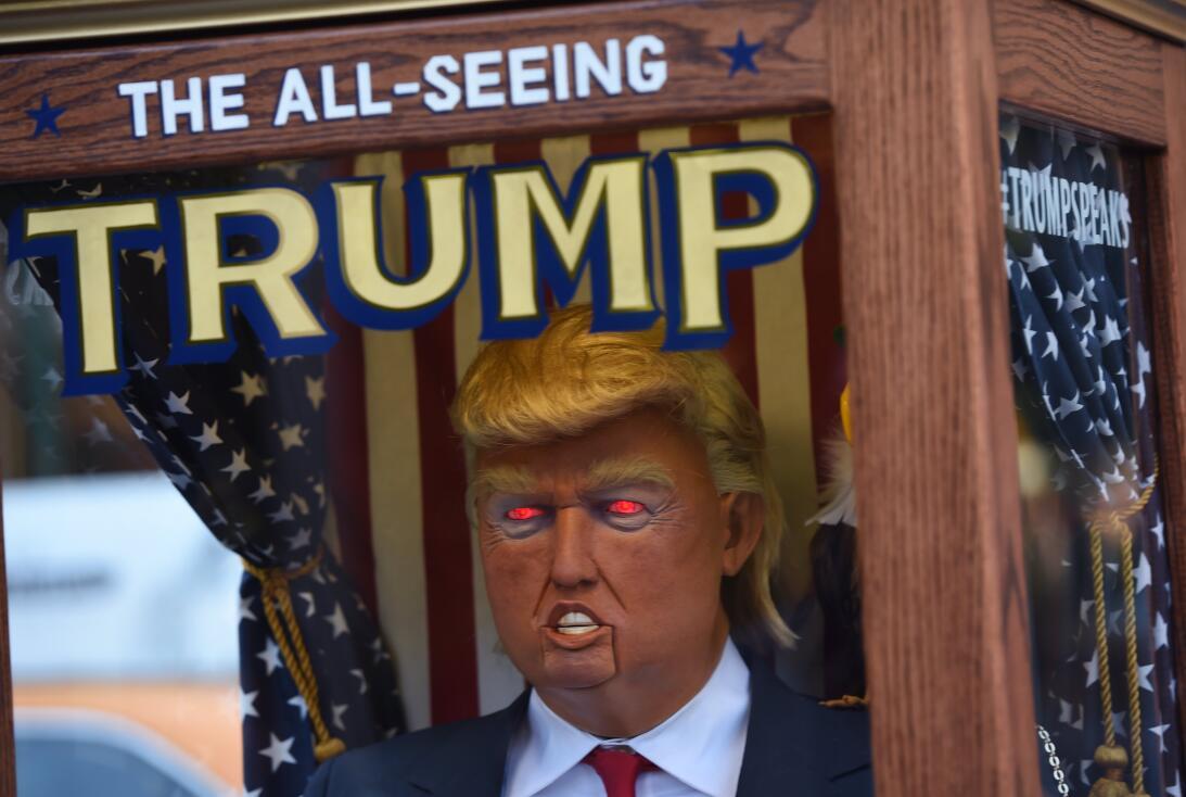 A través de la página www.allseeingtrump.com se muestra el...