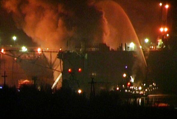 Un submarino de la India con 18 marinos a bordo se incendió después de u...