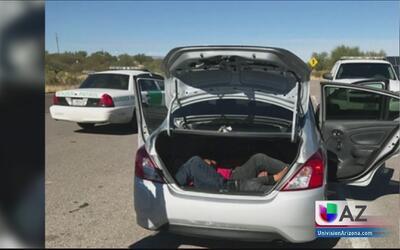 Sorprenden a varios inmigrantes escondidos en la cajuela de un auto
