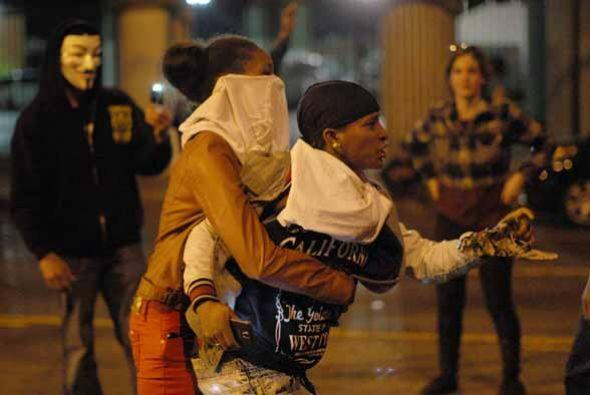 9 DE AGOSTO: Brown camina por las calles de Ferguson y Wilson le ve en m...
