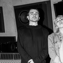 La productora y cantante colombiana posó junto a Juanes en un estudio de...