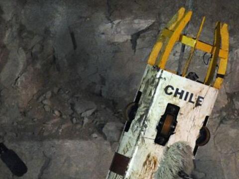 El minero Juan Carlos Aguilar salió de la cápsula Fénix sobre las 20:13...