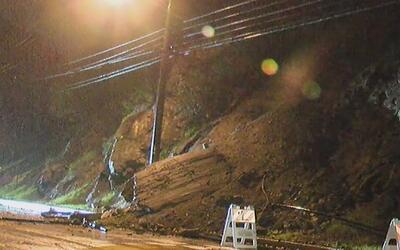 Deslizamientos de tierra e inundaciones en viviendas de Hollywood Hills...