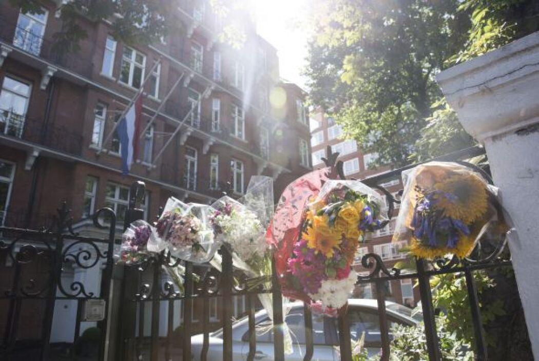 Homenajes florales para las víctimas del vuelo también fueron depositado...