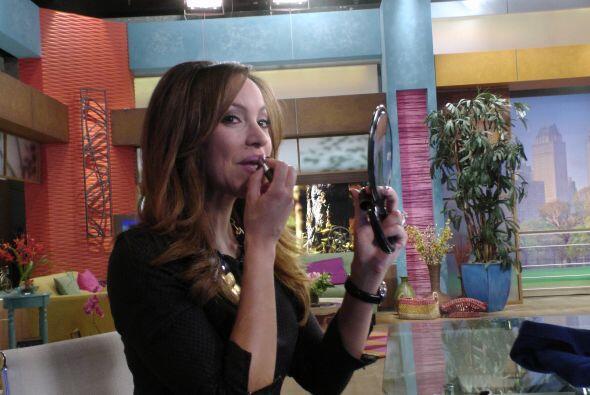 Satcha retocándose el maquillaje para lucir perfecta en su segmento de n...