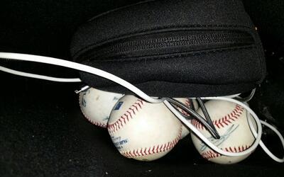 Las cuatro pelotas de béisbol firmadas por el pícher de lo...