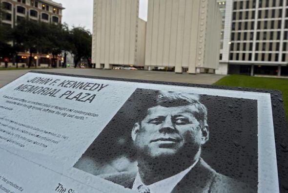 Imagen de un cartel explicativo frente al memorial del expresidente esta...
