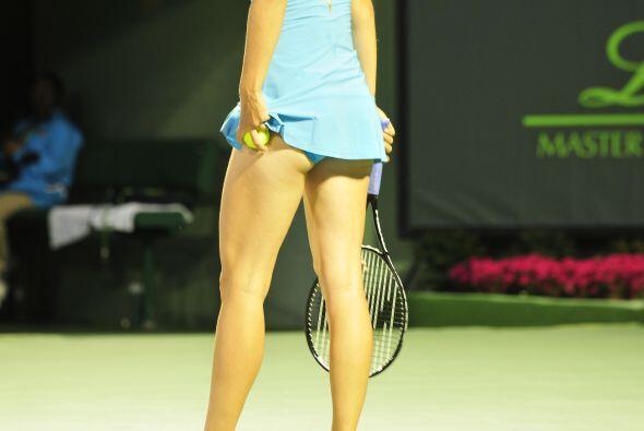 Como toda buena jugadora, Maria siempre lleva una pelota extra debajo de...