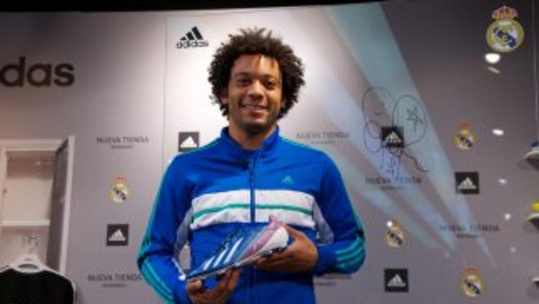 El lateral brasileño apareció en una conferencia de prensa con la marca...