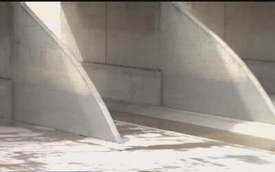 Policías de Santa Ana les salvaron la vida a una mujer y dos niños que q...