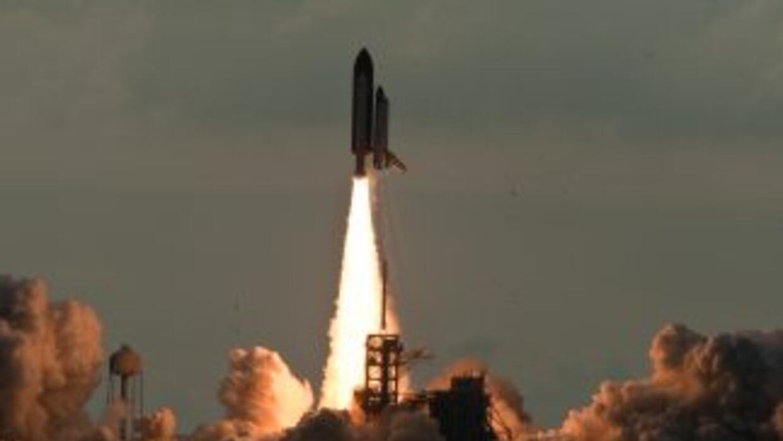 El transbordador espacial Endeavour despegó este lunes hacia la Estación...