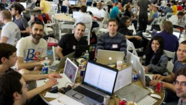 Un grupo de apasionados por la tecnología participan de un hackatón