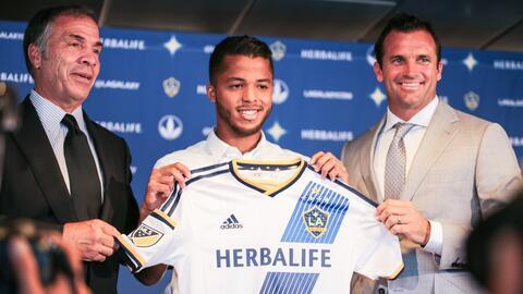 Gio Dos Santos junto al técnico Bruce Arena y el presidente Chris Klein.