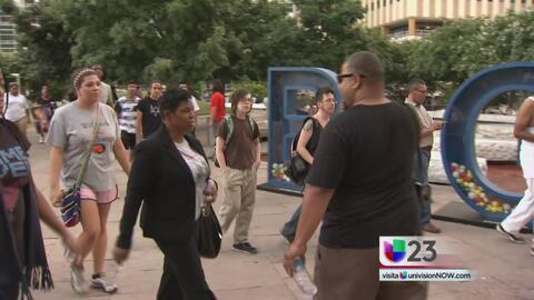 Protestan en el centro de Dallas por detención del organizador de manife...