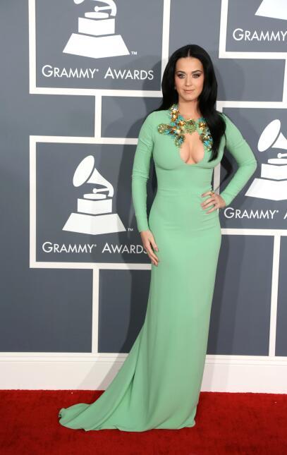 Katy Perry con el cabello lacio y largo en febrero de 2013, en la alfomb...