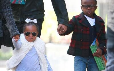 Sandra Bullock con sus hijos Louis y Laila