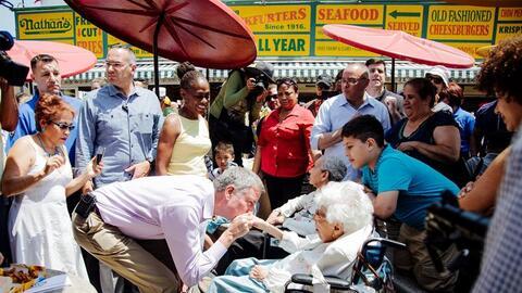 """Bill de Blasio, alcalde de NYC, saludó mientras esperaba su """"hot..."""