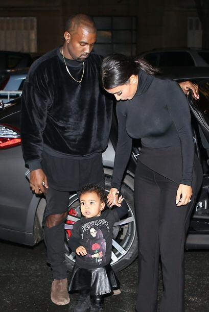 Kim siempre al pendiente de su nena.