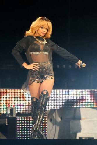 Las transparencias abundan en el estilo de Rihanna, lo cual agradecen lo...