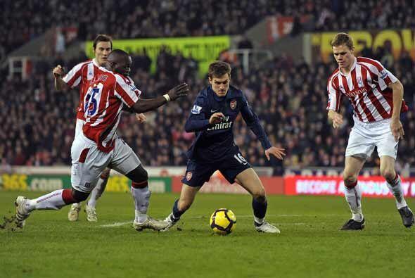 Aaron Ramsey del Arsenal, con el balón, recibió una fuerte...