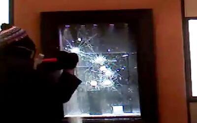 Un ladrón se vio en aprietos para romper un vidrio de seguridad de un jo...