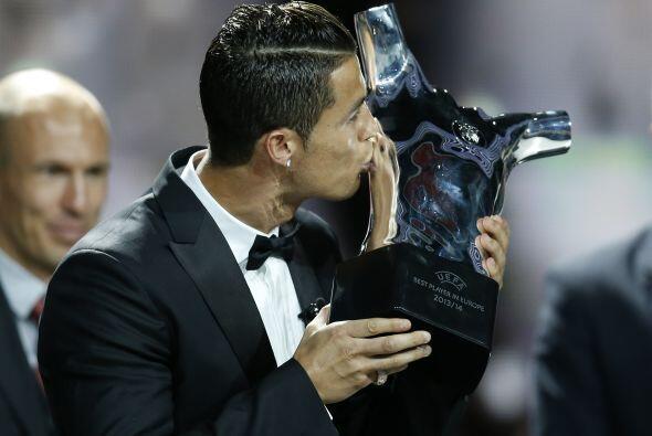 Y con el beso al trofeo se terminó la gala.